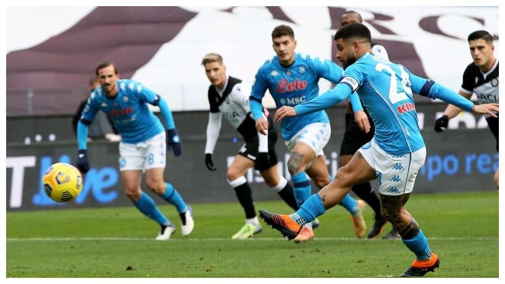 Lorenzo Insigne marca, de penalti, contra Udinese.