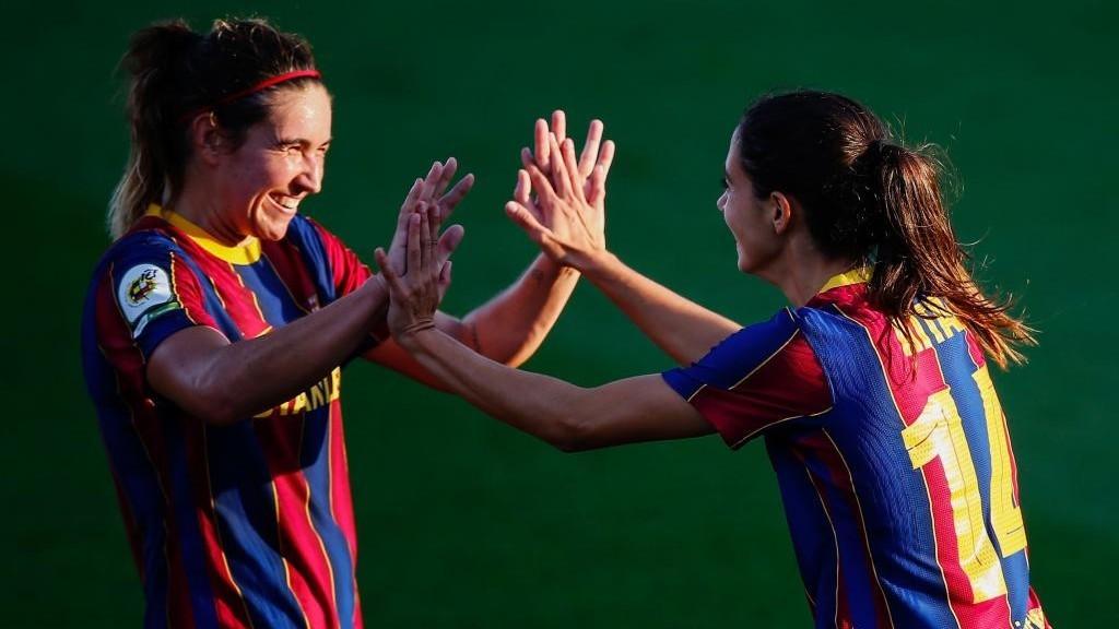 Mariona Caldentey y Aitana Bonmatí celebran un gol del Barcelona esta...