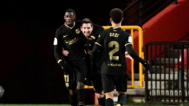 Dembélé, Messi y Dest celebran un gol.