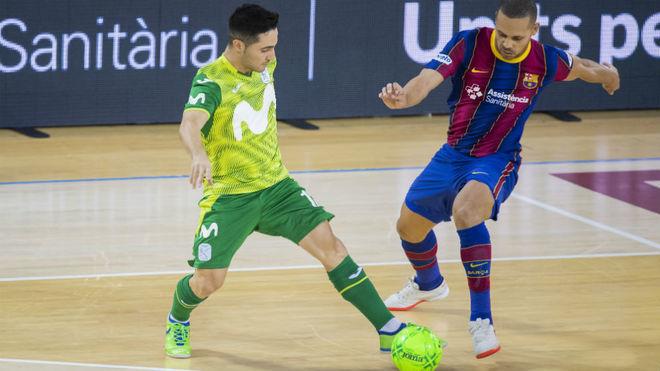 Borja y Ferrao disputan un balón durante el último partido de Liga.