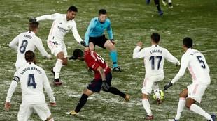Rubén García trata de zafarse de la marca de hasta cinco jugadores...