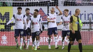 Carlos Vinícius anotó un triplete para el Tottenham ante el Marine....