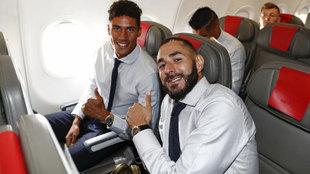 Benzema y Varane, durante un viaje.