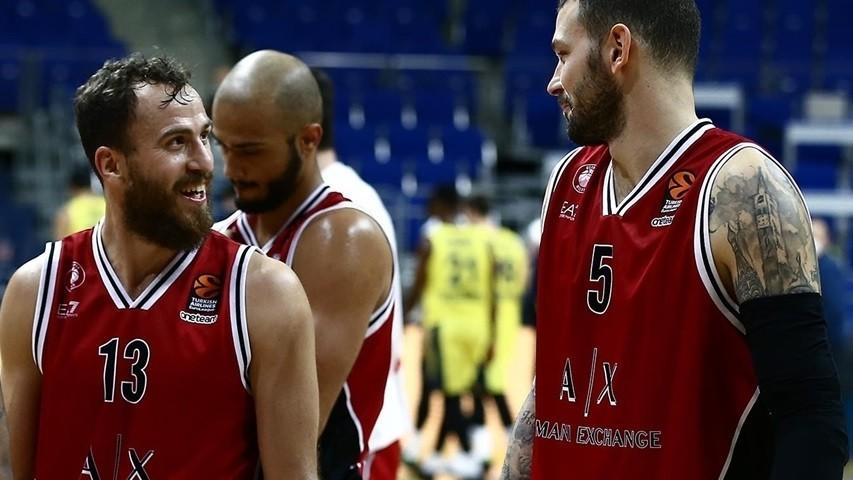 Sergio Rodríguez y Micov hablan camino del vestuario tras un partido...