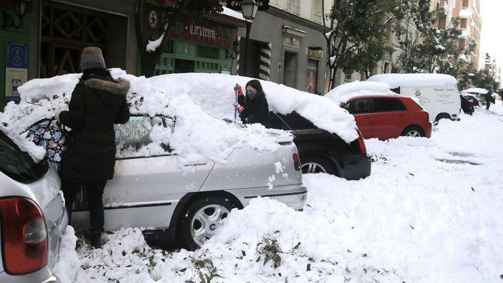 Coches aparcados en una calle de Madrid este fin de semana.