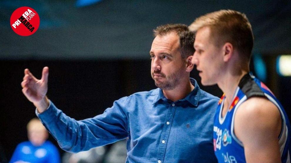 Sergio Vicente, dando instrucciones a uno de sus jugadores en el...