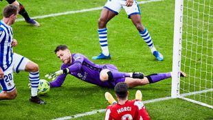Remiro se lanza a por el balón, en el derbi contra el Athletic.