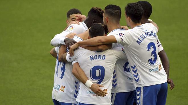 Los jugadores del Tenerife celebran un gol ante el Cartagena.