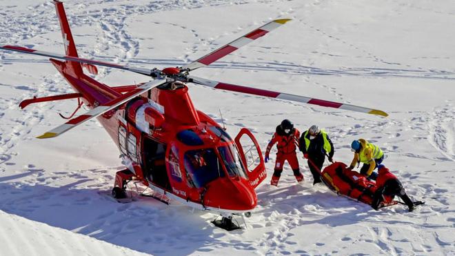 El estadounidense Tommy Ford es trasladado en helicóptero tras su...