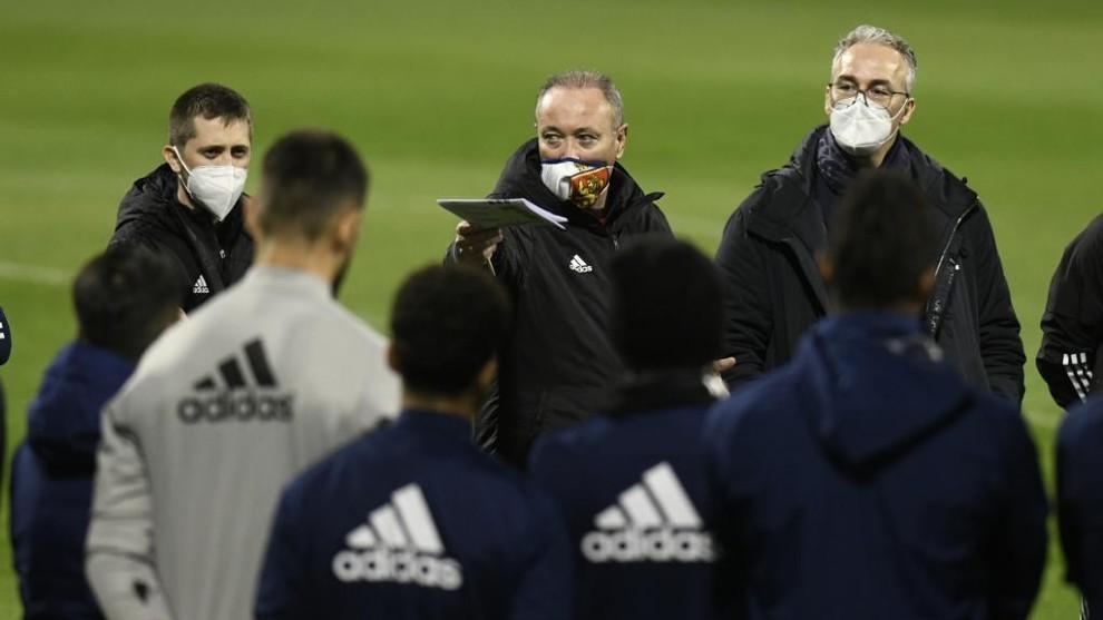 JIM da instrucciones a sus jugadores junto a Torrecilla.