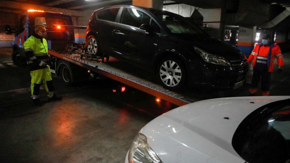 Operarios del depósito municipal de vehículos de Madrid trabajan con los coches retirados de la carretera. Foto: Efe