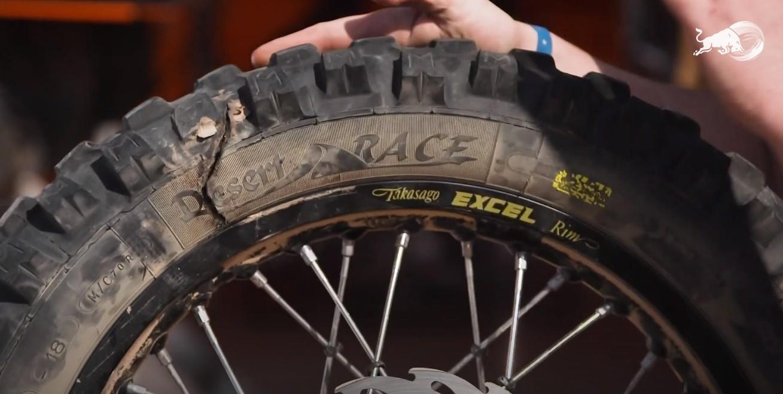 Detalle del neumático dañado de Toby Price al llegar a la meta de hoy.