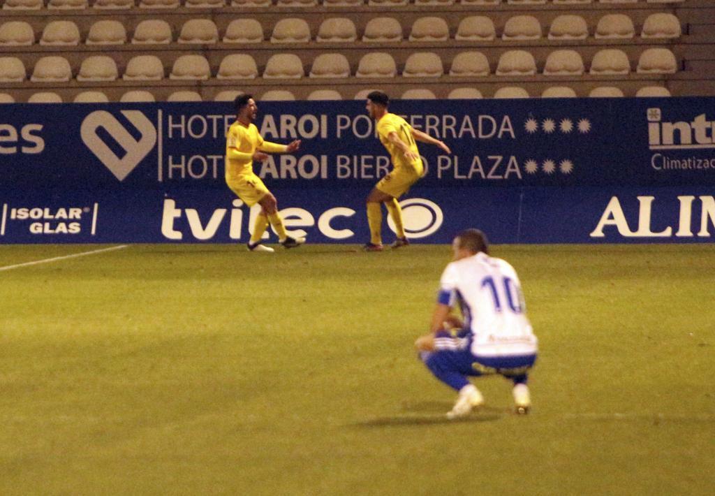 Monchu celebra con Calavera, el asistente, su gol a la Ponferradina