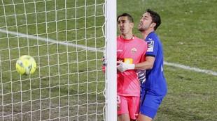 Mata abraza a Edgar durante el transcurso del partido en el Martínez...