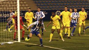 Iván Rodríguez intenta rematar con el tacón una jugada en el área...