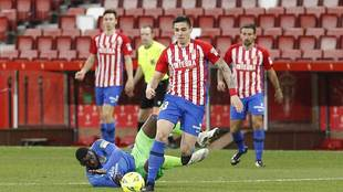Djurdjevic, autor de los dos goles del Sporting, se escapa de Nteka