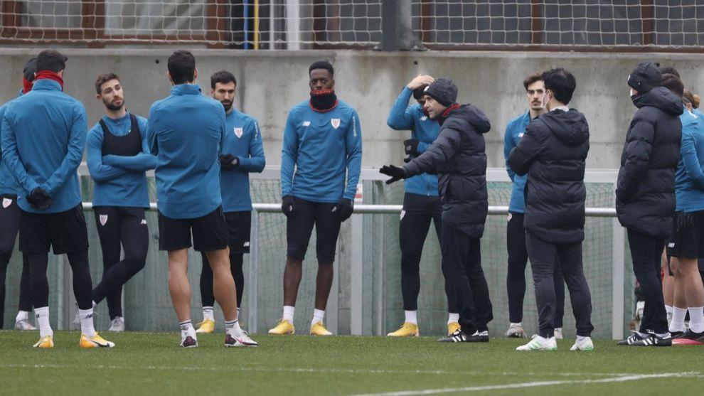 Marcelino se dirige a sus jugadores antes de comenzar un...