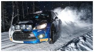 Bottas probando en nieve su coche de rallies.