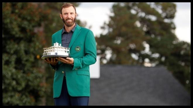 Dustin Johnson posa con el trofeo del Masters de Augusta.