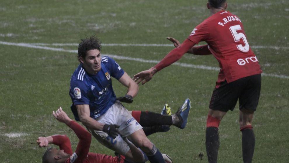 Blanco Leschuk cae en el área durante el partido ante el Mallorca