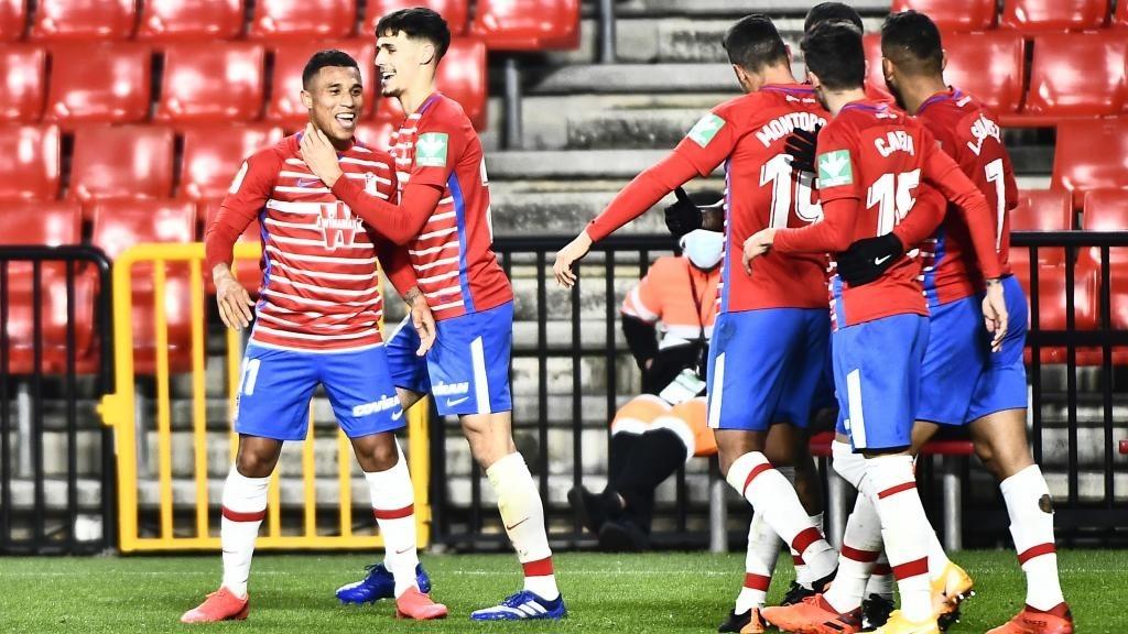 Los jugadores del Granada felicitan a Machís tras el 2-0 ante...
