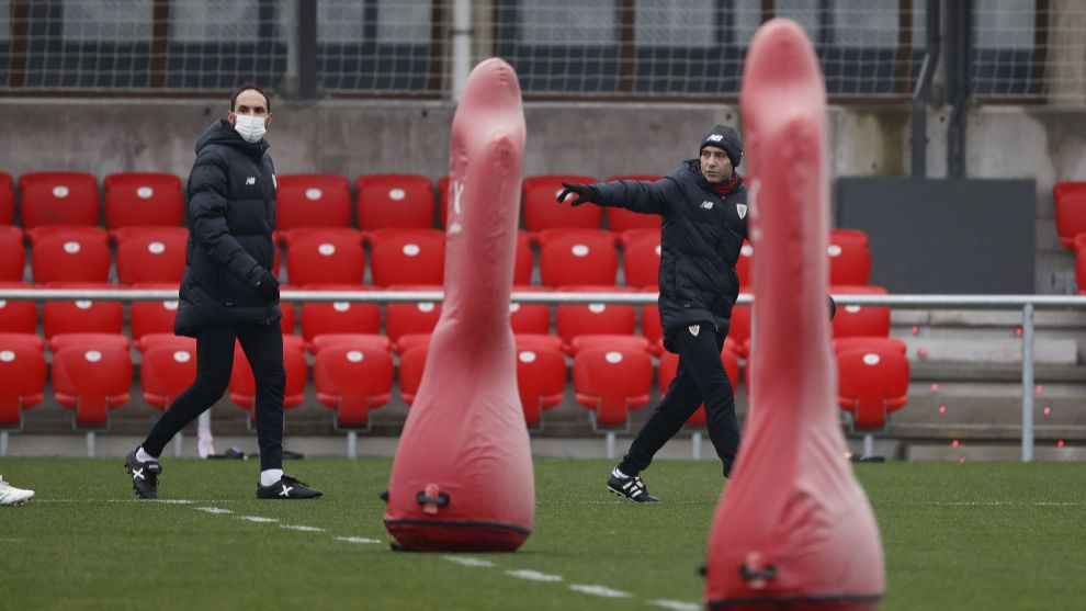 Marcelino ordena a los jugadores en uno de sus primeros entrenamientos...