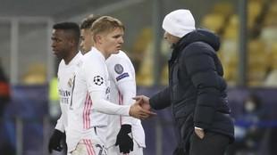 Odegaard y Zidane se saludan en el momento en el que el noruego fue...
