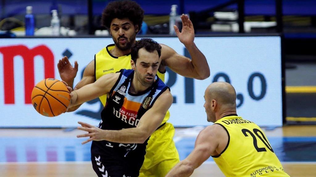 Vitor Benite, presionado por Dusan Djordjevic y Jean-Marc Mwema.