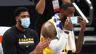 Anthony Davis y LeBron James en un juego de los Lakers.