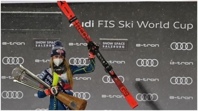 Mikaela Shiffrin celebra su victoria en el eslalon de Flachau.