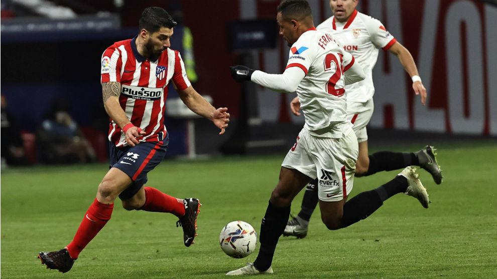 Fernando (33) intenta llevarse el balón ante Luis Suárez (33) en el...