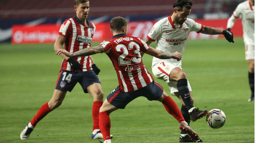 Trippier (30), defensa del Atlético de Madrid, pelea un balón con el...