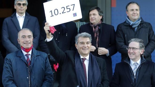 Joan Laporta posa con un cartel con sus firmas recogidas.