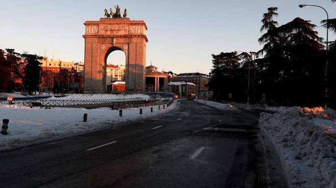Nieve acumulada en la entrada de la A6 en Madrid