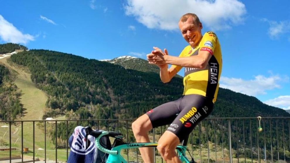 Gesink posa para la cámara subido a su bici en una foto que subió a...