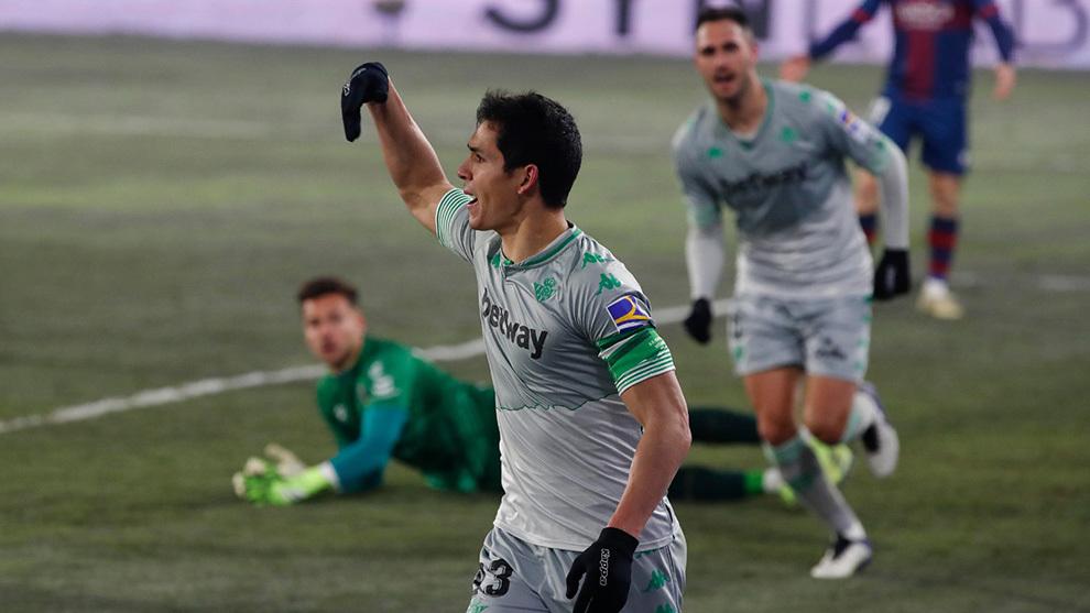 Mandi, celebrando su gol en Huesca