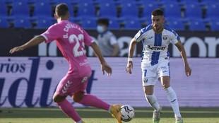 Dani Ojeda conduce el balón en un partido del Leganés precisamente...