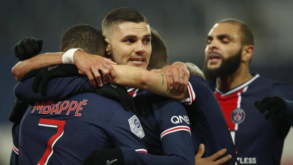 Los jugadores del PSG se abrazan tras marcar un gol.
