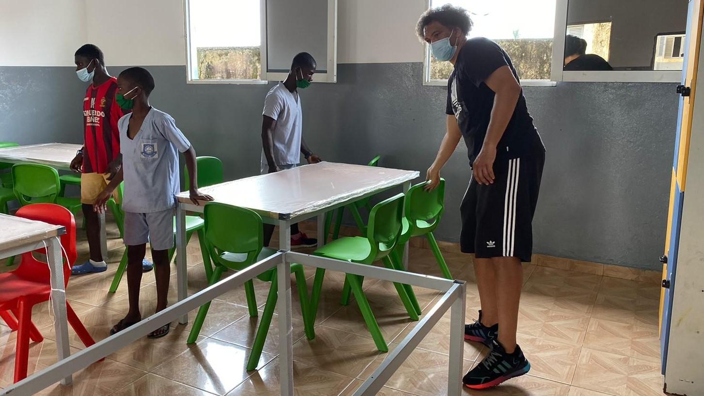 Benjamín, instalando el nuevo mobiliario