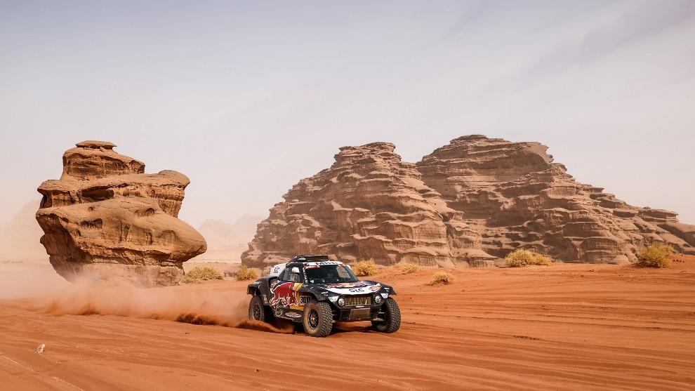 Sainz, surcando espectaculares paisajes saudíes con el Mini.