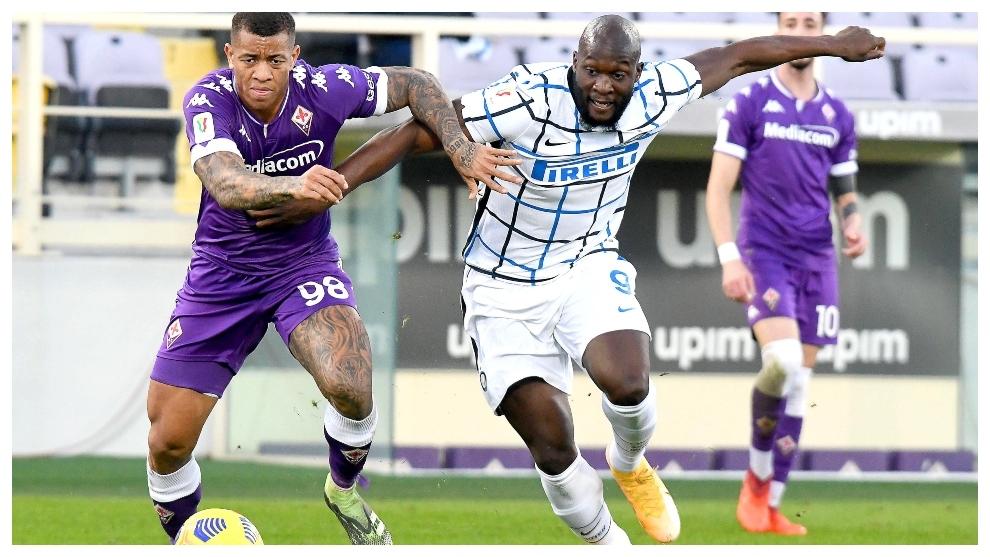 Romelu Lukaku pugna por el esférico con Igor, de la Fiorentina.