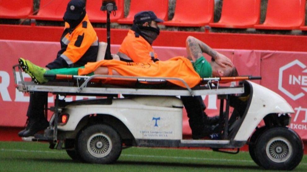 Adrián Jiménez se retira en camilla tras su lesión en Liga ante el...