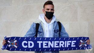 Sergio González, con la bufanda del Tenerife al llegar al aeropuerto...