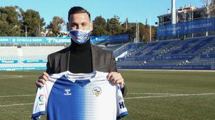 Álvaro Vázquez posa con su nueva camiseta en la Nova Creu Alta