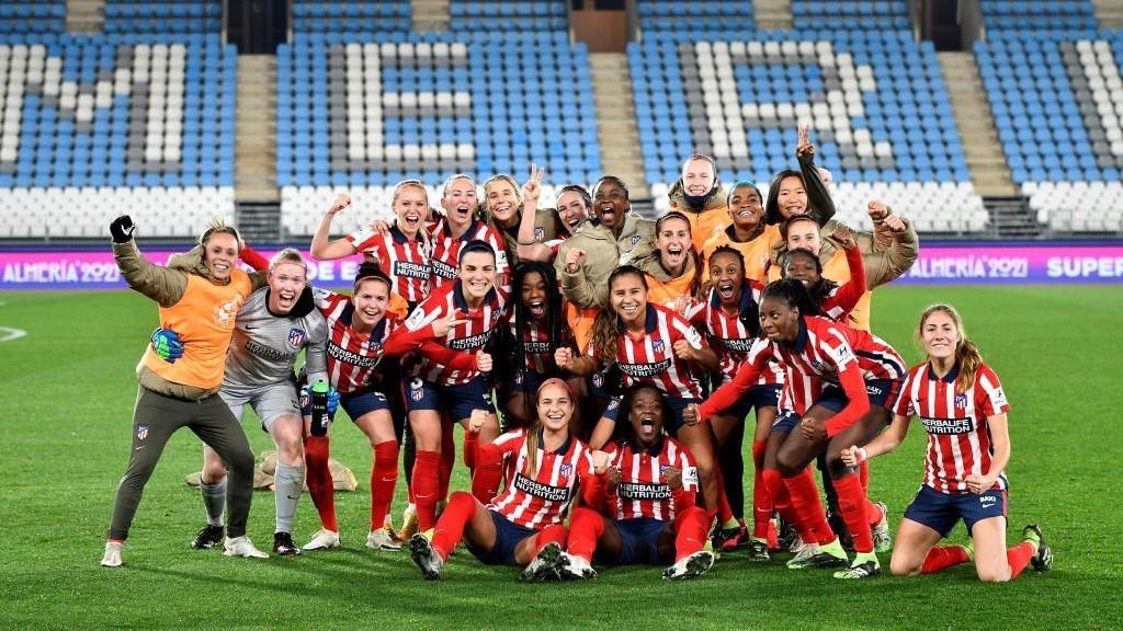 Las jugadoras del Atlético de Madrid celebran su pase a la final de...