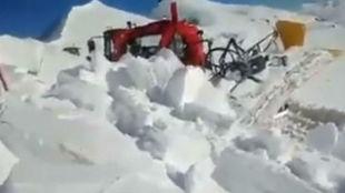 Un alud de nieve impacta sobre una máquina pisanieve en San Isidro
