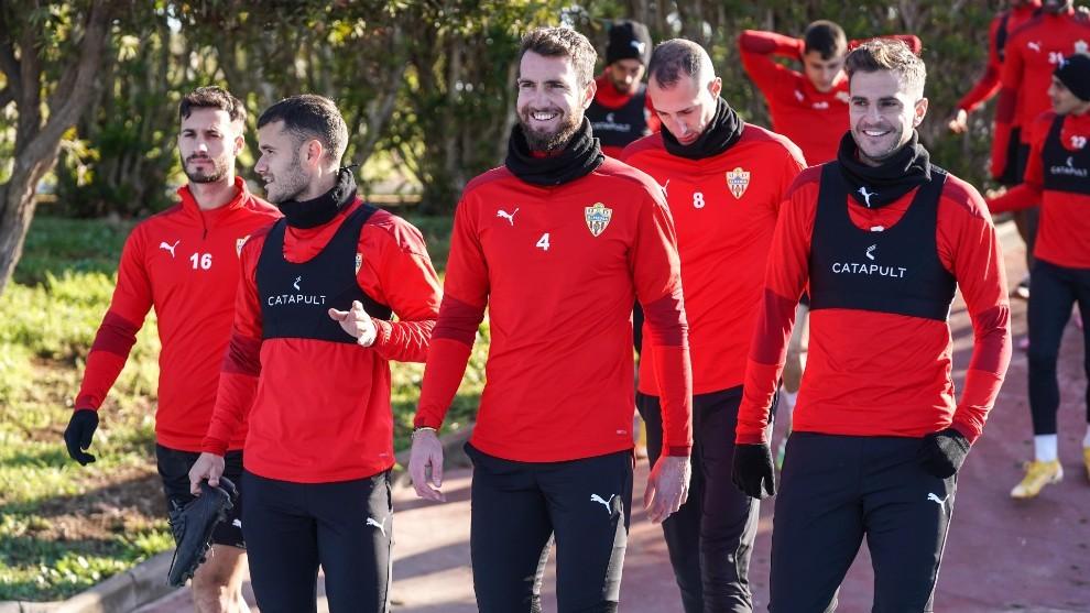 Peybernes, en el centro, en un entrenamiento con el Almería.