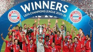 El Bayern, levantando el trofeo de la última final de Champions...