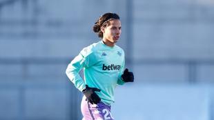 Diego Lainez en un entrenamiento con el Betis.