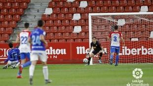 Borja Sánchez chuta el balón a la portería defendida por Mariño en...